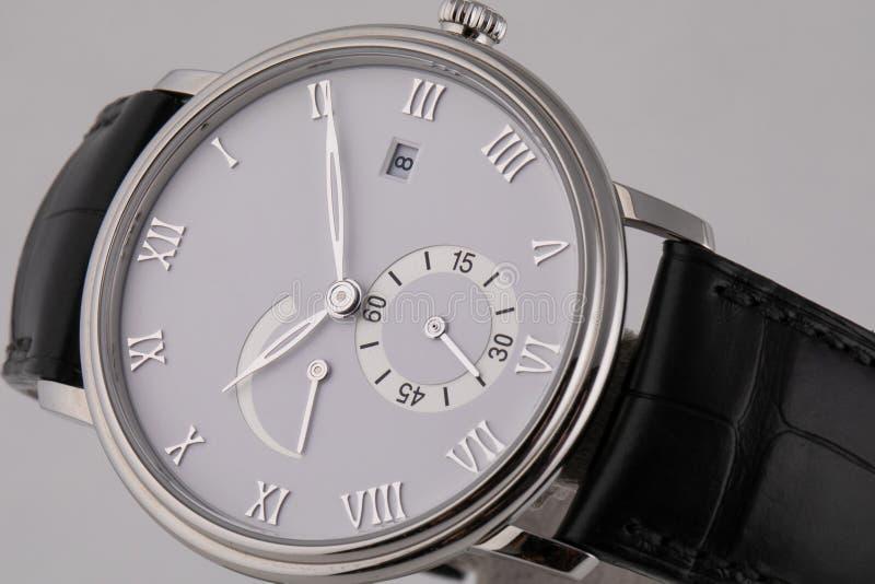 Ασημένιο wristwatch με τον άσπροι πίνακα, το ασήμι δεξιόστροφα, το χρονόμετρο με διακόπτη και chronograph στο μαύρο λουρί δέρματο στοκ εικόνα με δικαίωμα ελεύθερης χρήσης