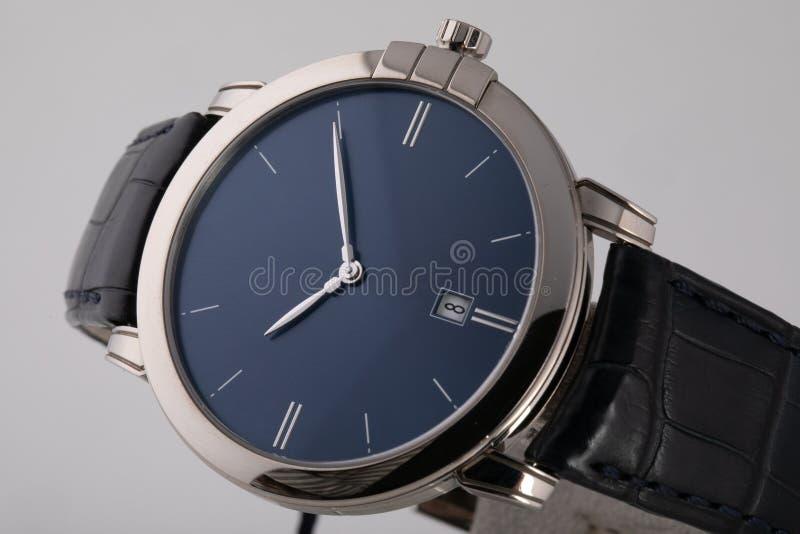 Ασημένιο wristwatch με τον μπλε πίνακα, ασήμι δεξιόστροφα, chronograph στο μαύρο λουρί δέρματος στο άσπρο υπόβαθρο στοκ φωτογραφίες με δικαίωμα ελεύθερης χρήσης