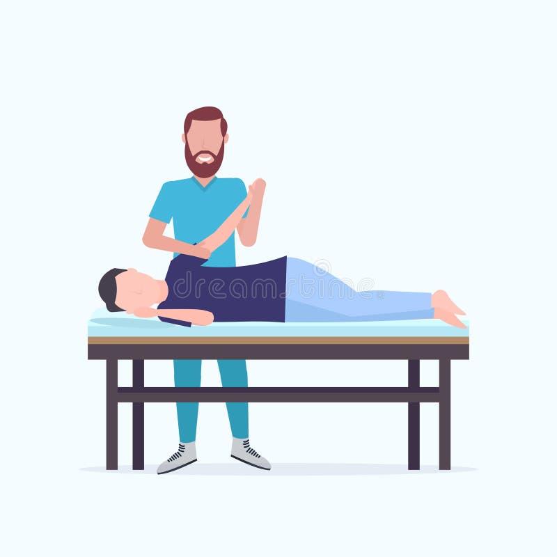Ασθενής ατόμων που βρίσκεται στο θεράποντα επιτραπέζιων μασέρ μασάζ που κάνει τη θεραπεύοντας θεραπεία που τρίβει τον τραυματισμέ ελεύθερη απεικόνιση δικαιώματος