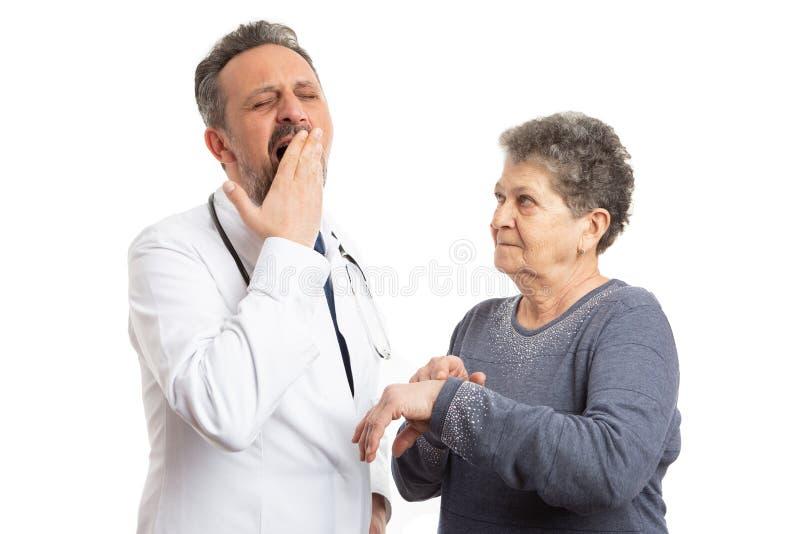 Ασθενής που δείχνει στον καρπό για τον κουρασμένο γιατρό στοκ φωτογραφίες