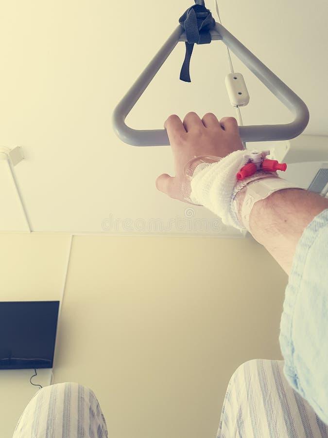 Ασθενής που κρατά μια ακροβατική αιώρα σε ένα κρεβάτι - άποψη στοκ εικόνες