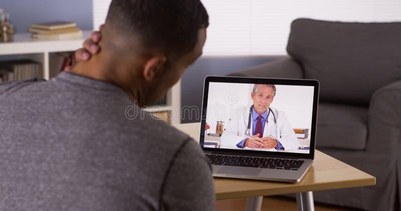 Ασθενής που συζητά τα προβλήματα υγείας με το γιατρό σε απευθείας σύνδεση στοκ εικόνες