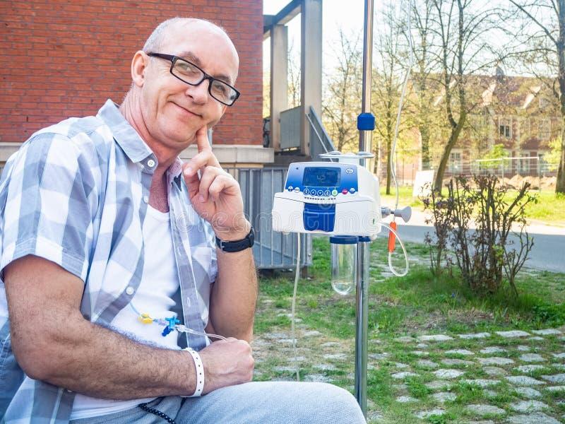 Ασθενής που υποβάλλεται στη θεραπεία chemo που χαμογελά υπαίθρια στοκ φωτογραφίες