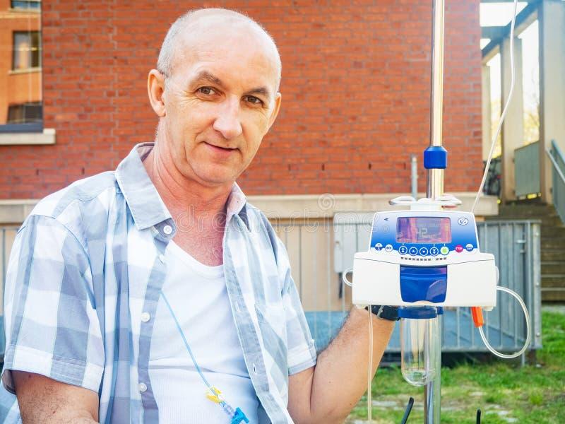 Ασθενής που υποβάλλεται στη θεραπεία chemo που χαμογελά υπαίθρια στοκ εικόνα με δικαίωμα ελεύθερης χρήσης