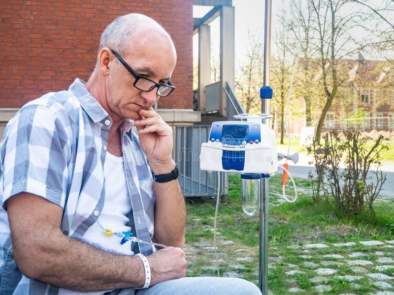 Ασθενής που υποβάλλεται στη θλίψη θεραπείας chemo μόνο στοκ φωτογραφία