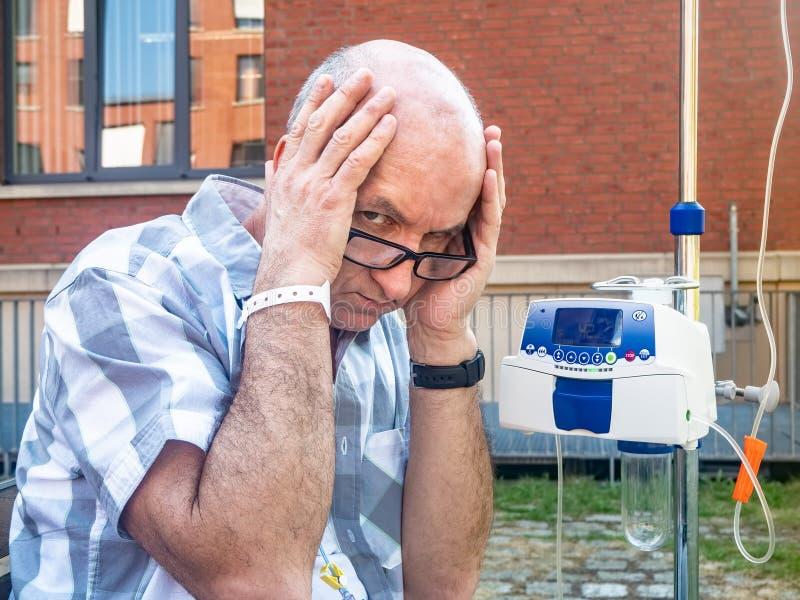 Ασθενής που υποβάλλεται στη θλίψη θεραπείας chemo μόνο στοκ εικόνες