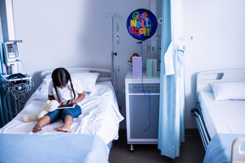 Ασθενής που χρησιμοποιεί την ψηφιακή ταμπλέτα στο κρεβάτι στοκ φωτογραφία με δικαίωμα ελεύθερης χρήσης