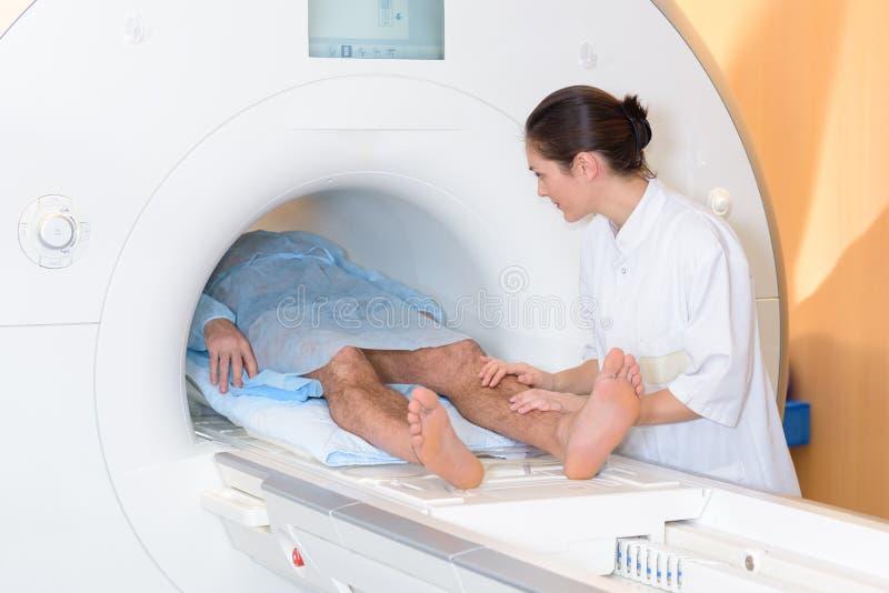 Ασθενής ποδιών εκμετάλλευσης νοσοκόμων στον ανιχνευτή στοκ εικόνα με δικαίωμα ελεύθερης χρήσης