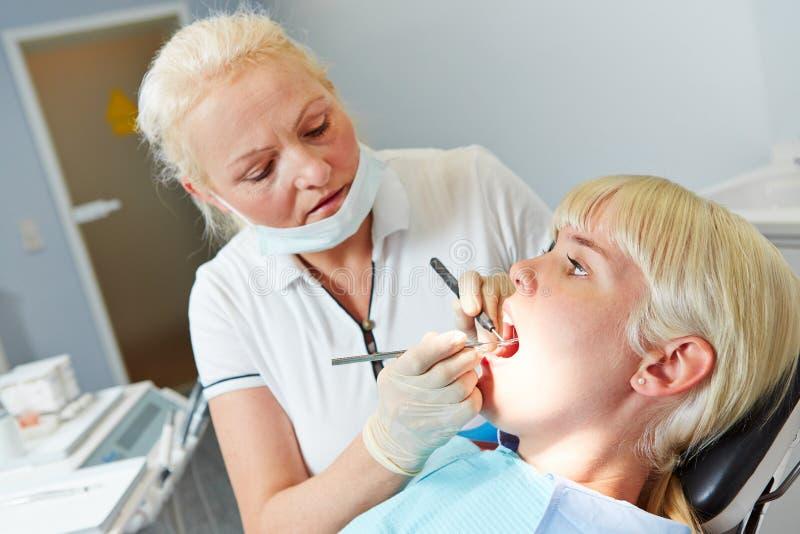 Ασθενής στον οδοντίατρο για την οδοντική θεραπεία στοκ εικόνες