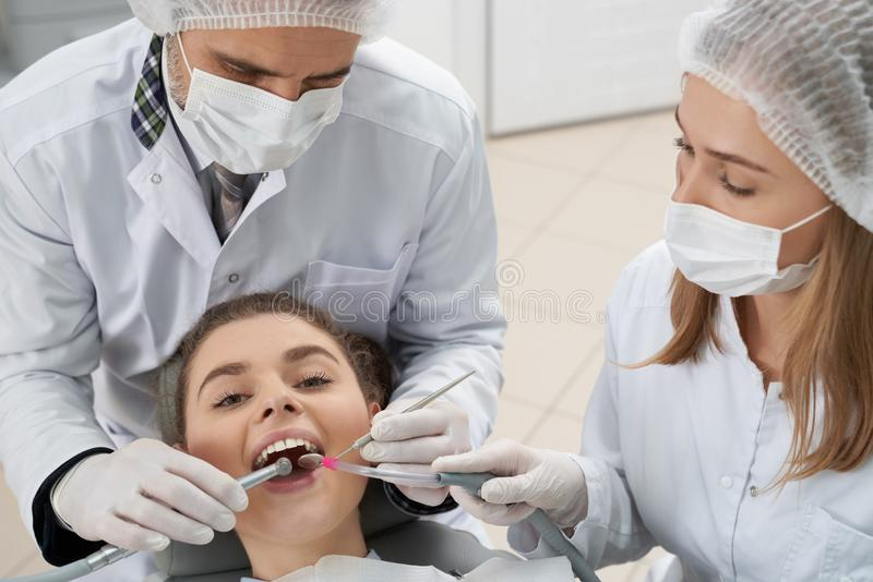 Ασθενής της οδοντιατρικής και της τοποθέτησης stomatologists στοκ εικόνα με δικαίωμα ελεύθερης χρήσης