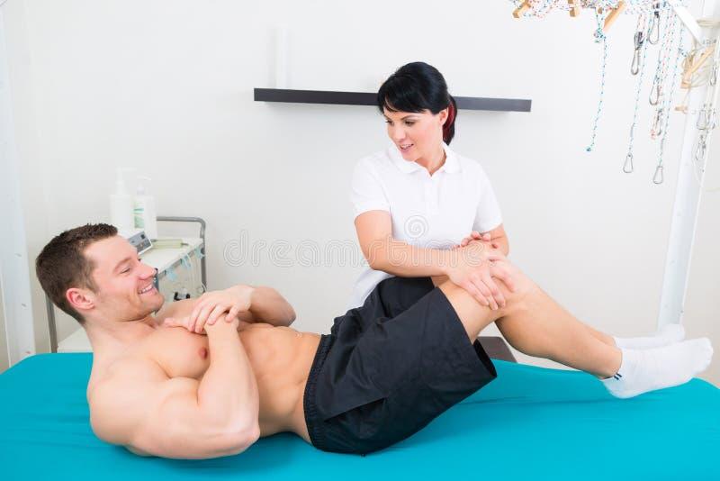 Ασθενής φυσιοθεραπευτών ή αθλητικών γιατρών στην πράξη στοκ φωτογραφίες