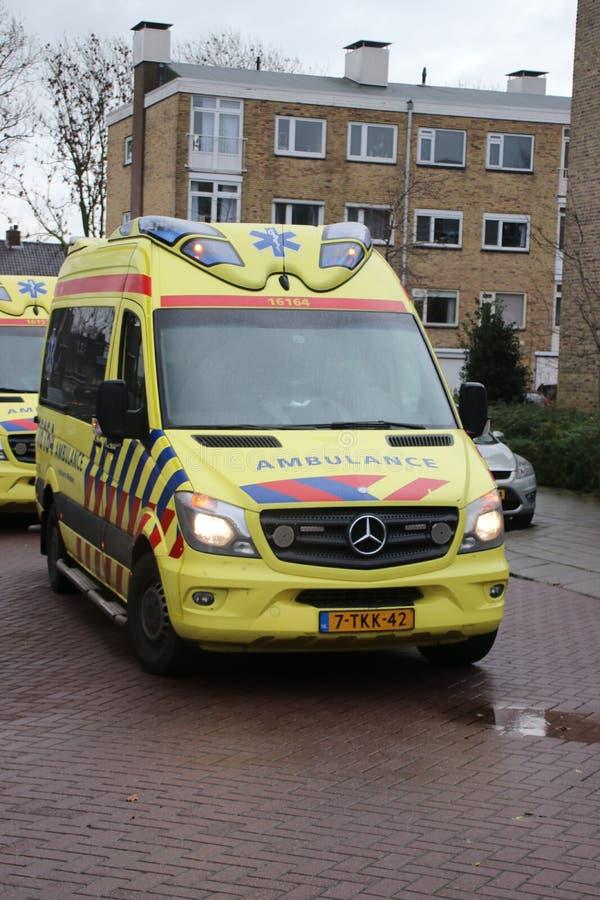 Ασθενοφόρο στη δράση στο κρησφύγετο IJssel Nieuwerkerk aan στην ιατρική επείγουσα κατάσταση οι Κάτω Χώρες στοκ εικόνες