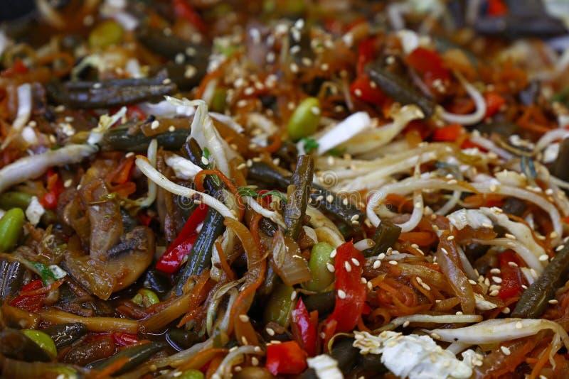 Ασιάτης ανακατώνει τα τηγανισμένα λαχανικά στο τηγάνι wok κοντά επάνω στοκ φωτογραφίες με δικαίωμα ελεύθερης χρήσης