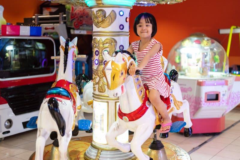 Ασιάτης λίγο κινεζικό κορίτσι που παίζει στη διασκέδαση στοκ φωτογραφία