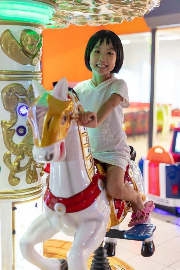 Ασιάτης λίγο κινεζικό κορίτσι που παίζει στη διασκέδαση στοκ φωτογραφία με δικαίωμα ελεύθερης χρήσης