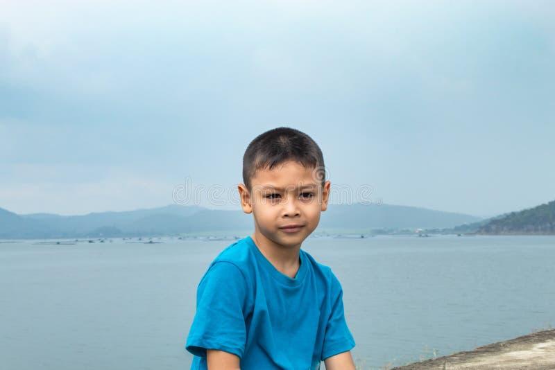 Ασιατικά αγόρια και θέες βουνού στο φράγμα Krasiew, Supanburi στοκ εικόνα με δικαίωμα ελεύθερης χρήσης