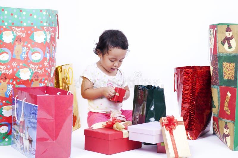 Ασιατικά ανοίγοντας χριστουγεννιάτικα δώρα κοριτσιών στοκ φωτογραφίες