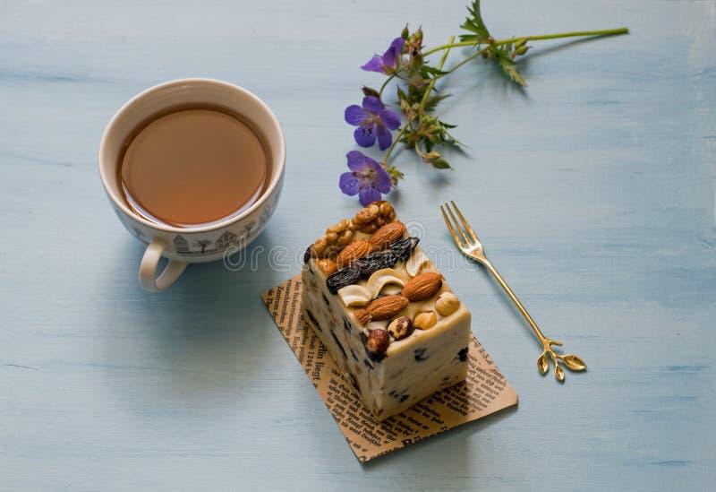 Ασιατικά γλυκά, halva, sherbet με τα καρύδια Γλυκό sherbet με τα καρύδια Φλυτζάνι του τσαγιού με τα τουρκικά γλυκά στοκ φωτογραφίες με δικαίωμα ελεύθερης χρήσης