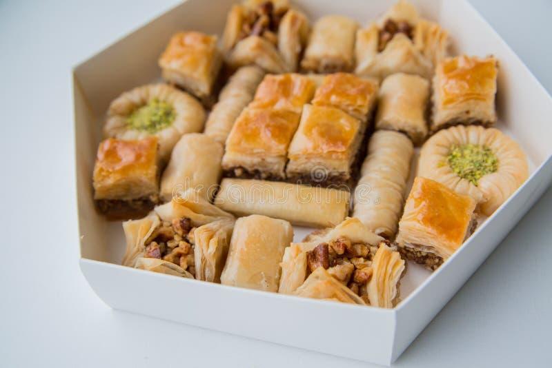 Ασιατικά γλυκά με το μέλι και τα καρύδια στοκ εικόνες
