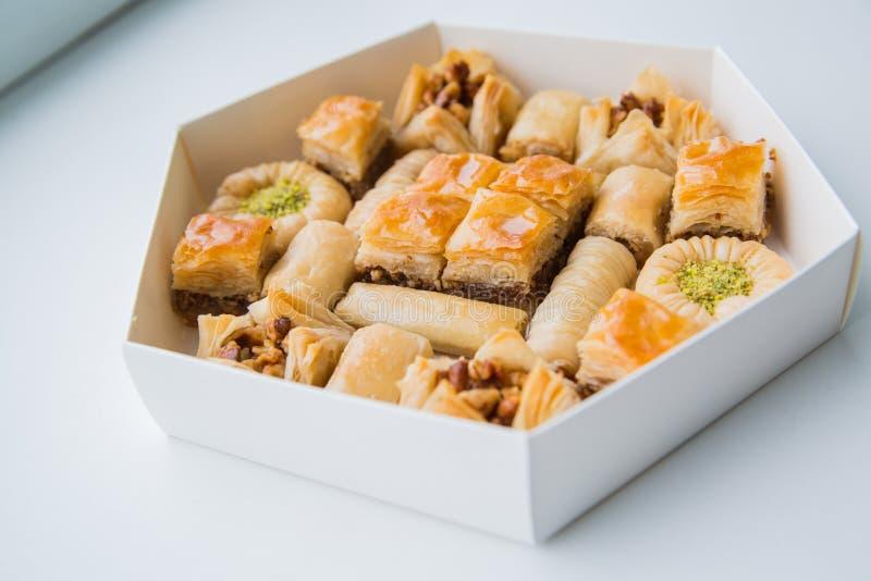 Ασιατικά γλυκά με το μέλι και τα καρύδια στοκ φωτογραφία