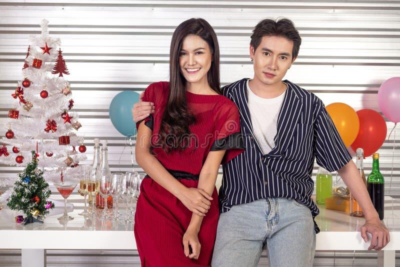 Ασιατικά ζευγάρια, αρσενικά και θηλυκά ζευγάρια, γιορτάζουν μαζί τη νέα χρονιά σε ένα χαρούμενο πάρτι και κοιτούν την κάμερα με χ στοκ εικόνες