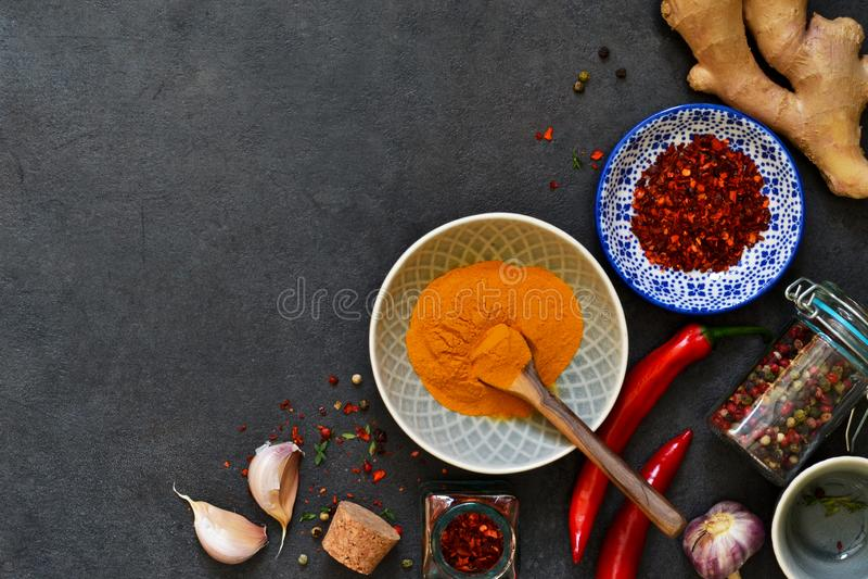 Ασιατικά καρυκεύματα: πιπέρι τσίλι, σκόρδο, πιπερόριζα, turmeric στο Μαύρο στοκ φωτογραφίες με δικαίωμα ελεύθερης χρήσης