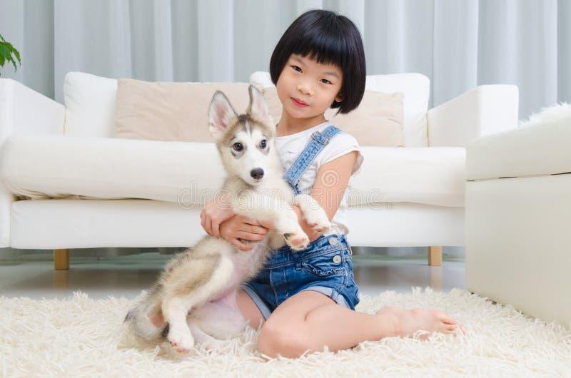Ασιατικά κορίτσι και κατοικίδιο ζώο στοκ φωτογραφία