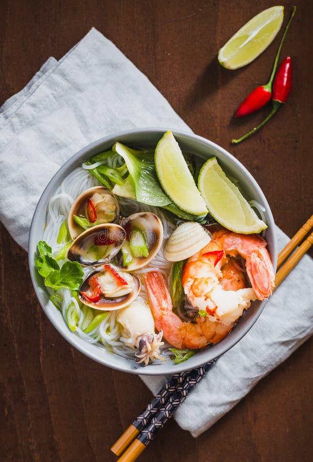 Ασιατικά νουντλς με τις γαρίδες και θαλασσινά, πικάντικη σούπα στο κύπελλο στοκ φωτογραφία με δικαίωμα ελεύθερης χρήσης