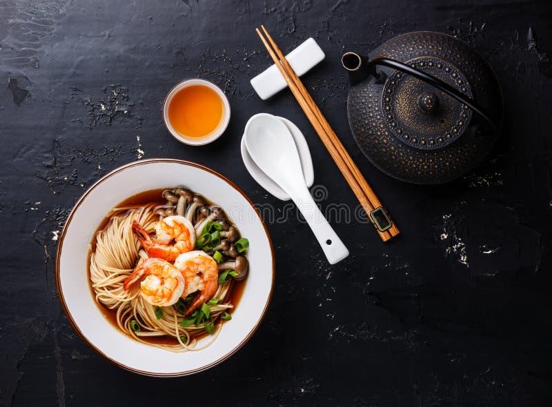 Ασιατικά νουντλς και τσάι Ramen στοκ φωτογραφία