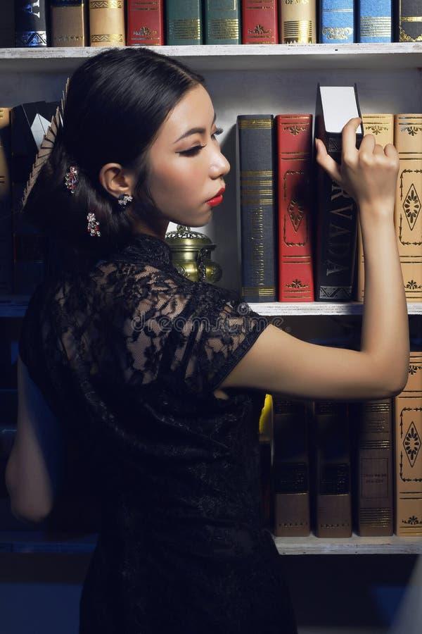 Ασιατικά ομορφιά και cheongsamï ¼ ˆRetro styleï ¼ ‰ στοκ φωτογραφία