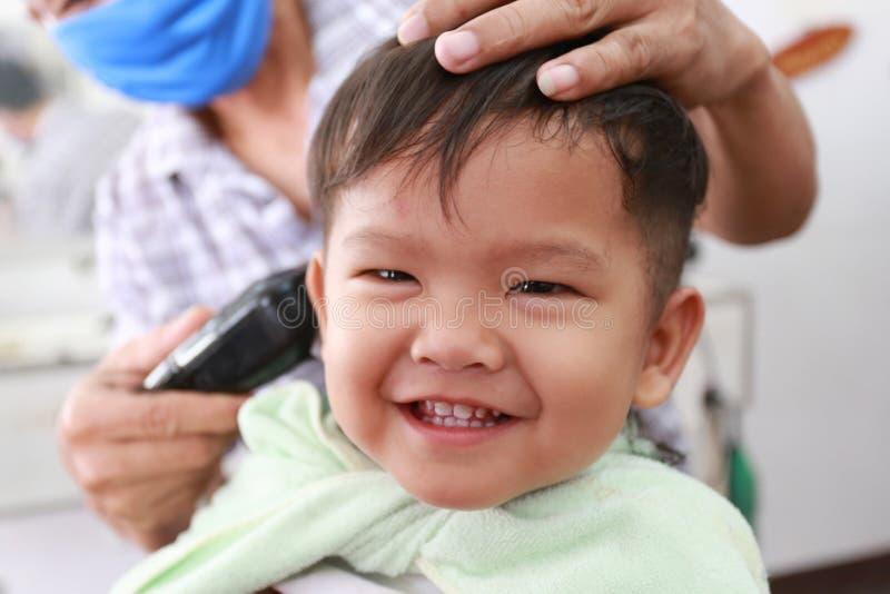 Ασιατικά παιδιά ενός αγοριού στο κούρεμα και το χαμόγελο στοκ εικόνες