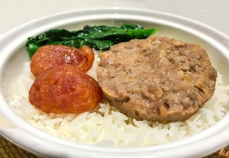 Ασιατικά τρόφιμα, βρασμένο στον ατμό κομματιασμένο χοιρινό κρέας με τα παστά ψάρια και κινεζικό γλυκό λουκάνικο στο κινεζικό ύφος στοκ εικόνες