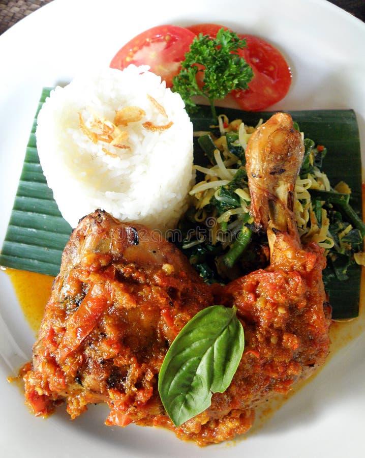 Ασιατικά τρόφιμα - ψημένο στη σχάρα πικάντικο κοτόπουλο στοκ εικόνες