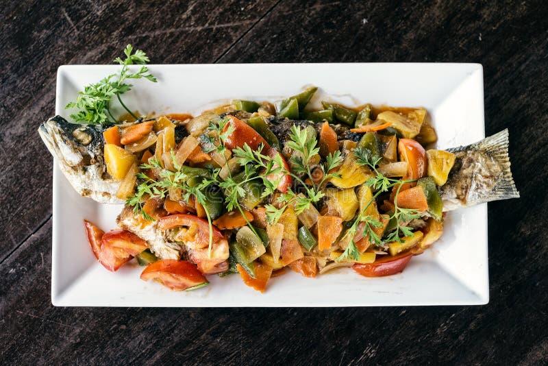 Ασιατικά ψημένα στη σχάρα ψάρια με τα γλυκόπικρα λαχανικά στοκ εικόνες