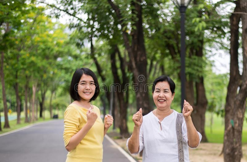 Ασιατικές απόλαυση και ελευθερία γυναικών ζεύγους με τα rais χεριών επάνω στη φύση υπαίθρια στοκ φωτογραφίες με δικαίωμα ελεύθερης χρήσης