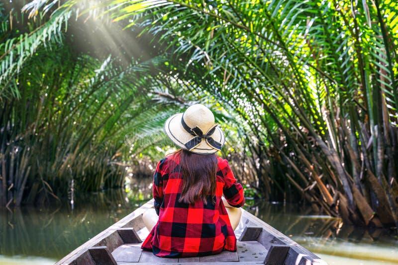 Ασιατικές γυναίκες που κάθονται σε μια βάρκα στη σήραγγα από το nypa fruticans ή το φοίνικα στο thani του Σουράτ, Ταϊλάνδη στοκ φωτογραφίες με δικαίωμα ελεύθερης χρήσης