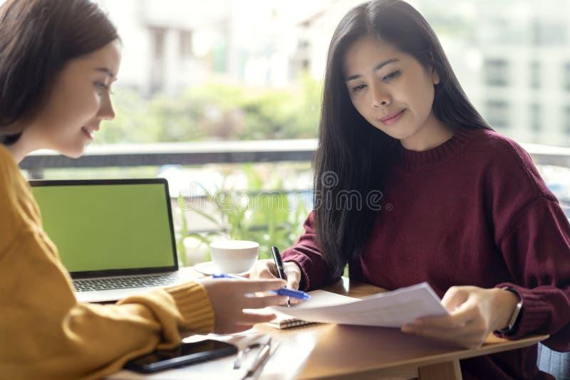 Ασιατικές γυναίκες που μιλούν με τον προγραμματισμό της ημερήσιας διάταξης και του προγράμματος, αρμόδιος για το σχεδιασμό που λε στοκ φωτογραφία με δικαίωμα ελεύθερης χρήσης