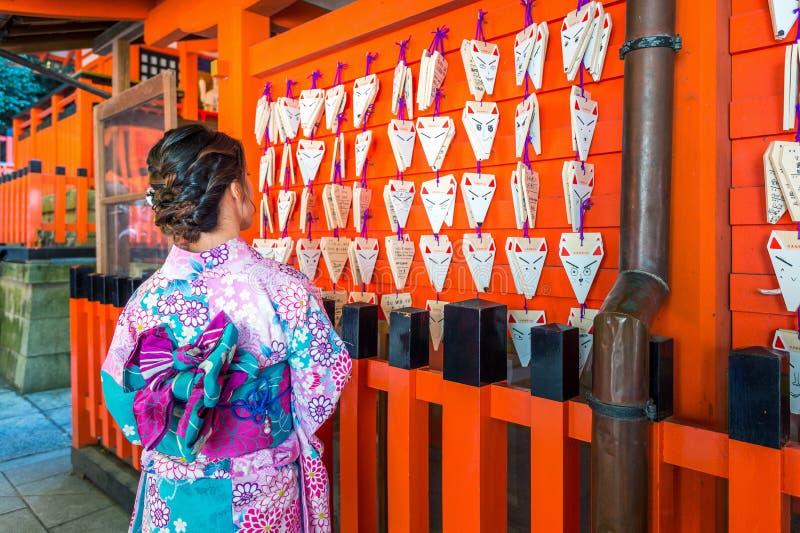 Ασιατικές γυναίκες που φορούν το ιαπωνικό παραδοσιακό κιμονό που επισκέπτεται τον όμορφο στη λάρνακα Fushimi Inari στο Κιότο, Ιαπ στοκ φωτογραφίες με δικαίωμα ελεύθερης χρήσης