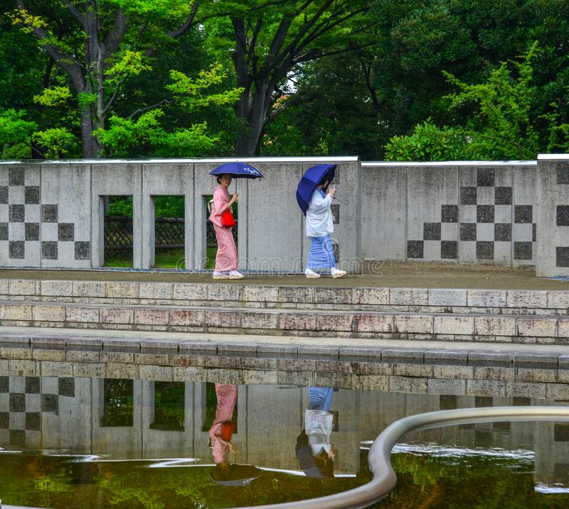 Ασιατικές γυναίκες που φορούν το παραδοσιακό ιαπωνικό κιμονό στοκ φωτογραφίες με δικαίωμα ελεύθερης χρήσης