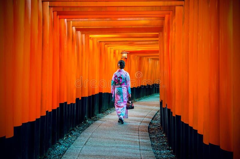 Ασιατικές γυναίκες στα παραδοσιακά ιαπωνικά κιμονό στη λάρνακα Fushimi Inari στο Κιότο, Ιαπωνία στοκ φωτογραφίες με δικαίωμα ελεύθερης χρήσης