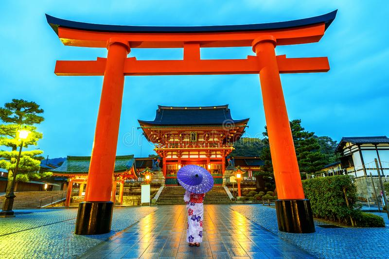 Ασιατικές γυναίκες στα παραδοσιακά ιαπωνικά κιμονό στη λάρνακα Fushimi Inari στο Κιότο, Ιαπωνία στοκ εικόνα με δικαίωμα ελεύθερης χρήσης