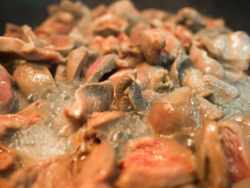 Ασιατικές μαγειρευμένες τρόφιμα καρδιές κοτόπουλου που τηγανίζονται στο τηγάνι στοκ φωτογραφία με δικαίωμα ελεύθερης χρήσης