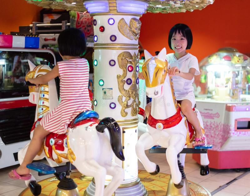 Ασιατικές μικρές κινεζικές αδελφές που παίζουν στη διασκέδαση στοκ φωτογραφία