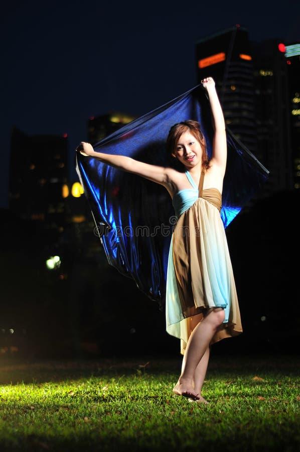 ασιατικές όμορφες χορεύ&omi στοκ εικόνα