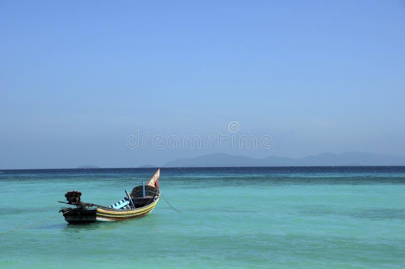 Ασιατική βάρκα χειροτεχνίας στη θάλασσα και το μπλε ουρανό στοκ εικόνα