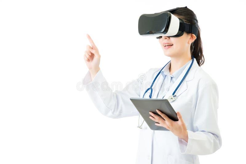 Ασιατική γιατρών οθόνη κασκών Τύπου VR ταμπλετών χρήσης ψηφιακή στοκ φωτογραφία με δικαίωμα ελεύθερης χρήσης