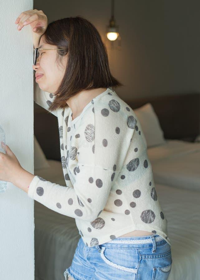 Ασιατική γυναίκα με την ασθένεια πρωινού και τον ύπνο, έγκυος θηλυκή ναυτία που κάνει εμετό στην κρεβατοκάμαρα, Indigestible στοκ φωτογραφία με δικαίωμα ελεύθερης χρήσης