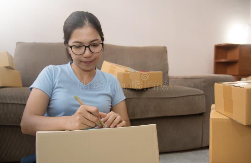 Ασιατική γυναίκα με την επιχείρηση στοκ φωτογραφίες