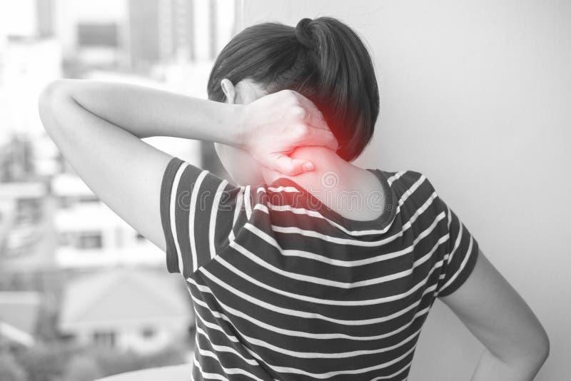 Ασιατική γυναίκα με τον τραυματισμό μυών που έχει τον πόνο στο λαιμό της στοκ εικόνες