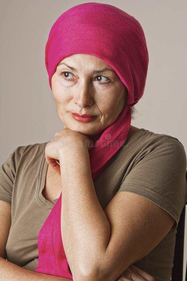 Ασιατική γυναίκα με το κόκκινο μαντίλι στοκ εικόνα με δικαίωμα ελεύθερης χρήσης
